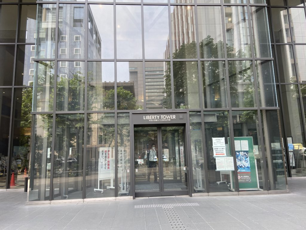 明治大学リバティータワー(駿河台キャンパス)正面玄関