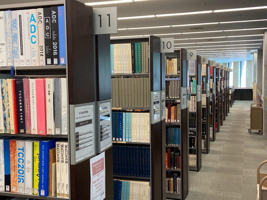 明治大学中央図書館1階